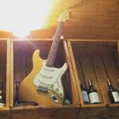 Une guitare dans les bouteilles de vin