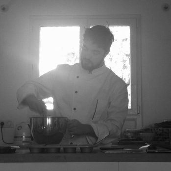 Chef cuisto aux fourneaux.