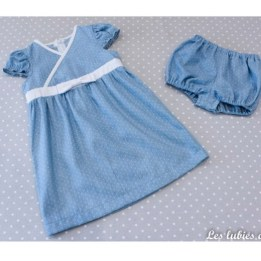 Des petits vêtements d'enfant avec les chutes.