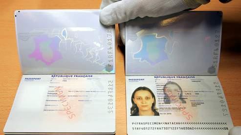 """(ARCHIVES) Photo prise le 12 avril 2006 d'une personne de l'Imprimerie Nationale de Flers-en-Escrebieux, près de Douai, présentant un spécimen du passeport biométrique français, obligatoire pour se rendre aux Etats-Unis. Le passeport biométrique, contenant une photo et les empreintes digitales numérisées et dont les premiers exemplaires seront disponibles à l'automne, a été lancé officiellement par un décret paru le dimanche 4 mai au Journal officiel. Le passeport biométrique, intitulé simplement """"passeport"""", succèdera progressivement au passeport électronique dont six millions d'exemplaires ont été fabriqués depuis le 13 avril 2006. Conformément à un accord européen du 13 décembre 2004, les passeports biométriques français devront être disponibles avant le 28 juin 2009. D'ici là, 2.000 mairies seront équipées de machines gratuites qui enregistreront les photos et empreintes digitales numérisées insérées dans la puce de ces passeports. AFP PHOTO PHILIPPE HUGUEN"""