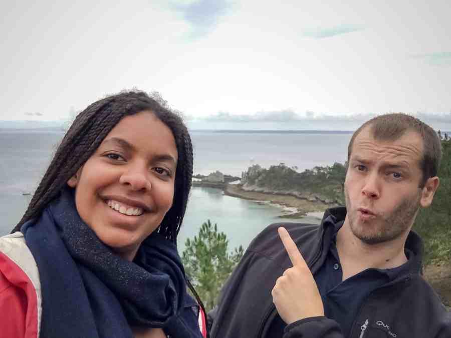 Inès et Jeff en selfie à la pointe de saint hernot