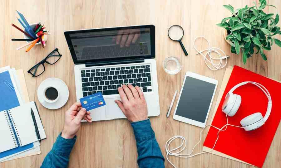 Bureau avec ordinateur pour shopping