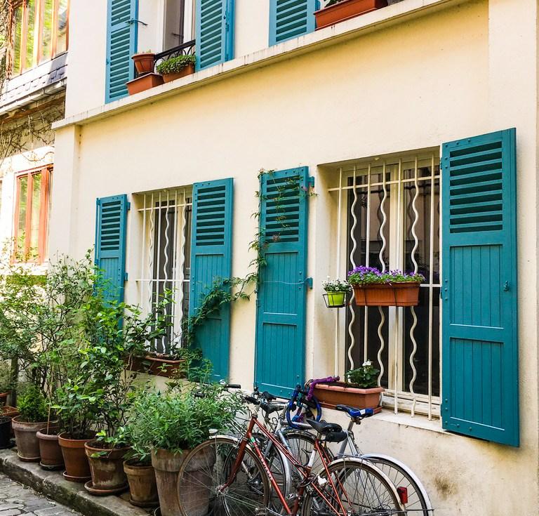 ruelle-paris-verdure-pavés-thermopyles-façade-velo