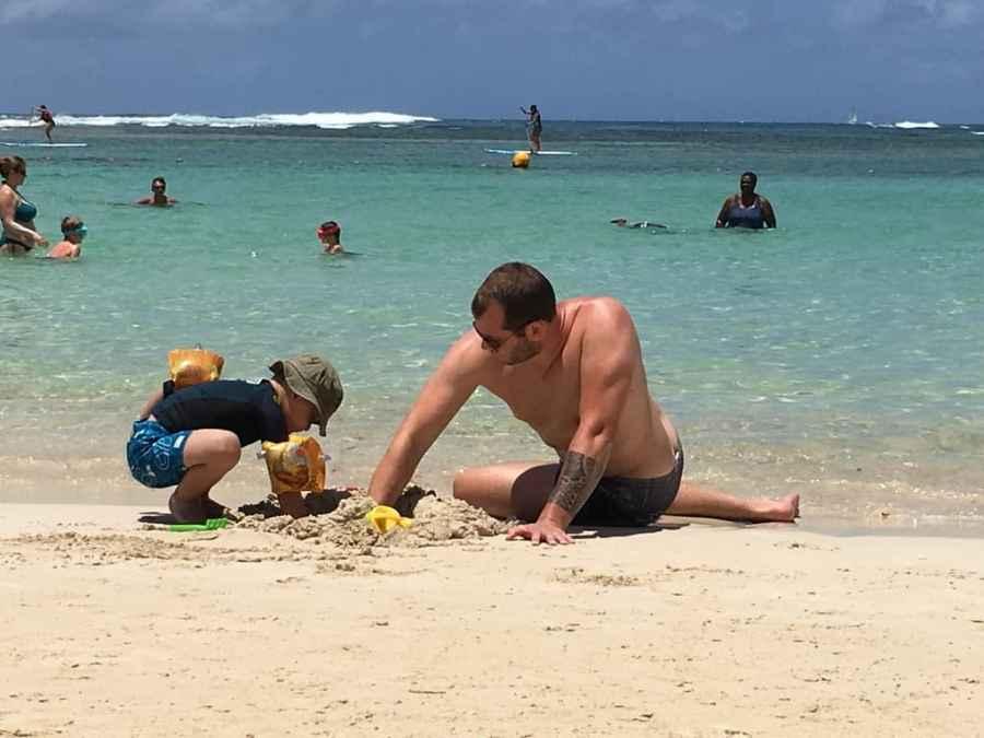 plage-sainte anne-eau-translucide-guadeloupe-caraibes-famille