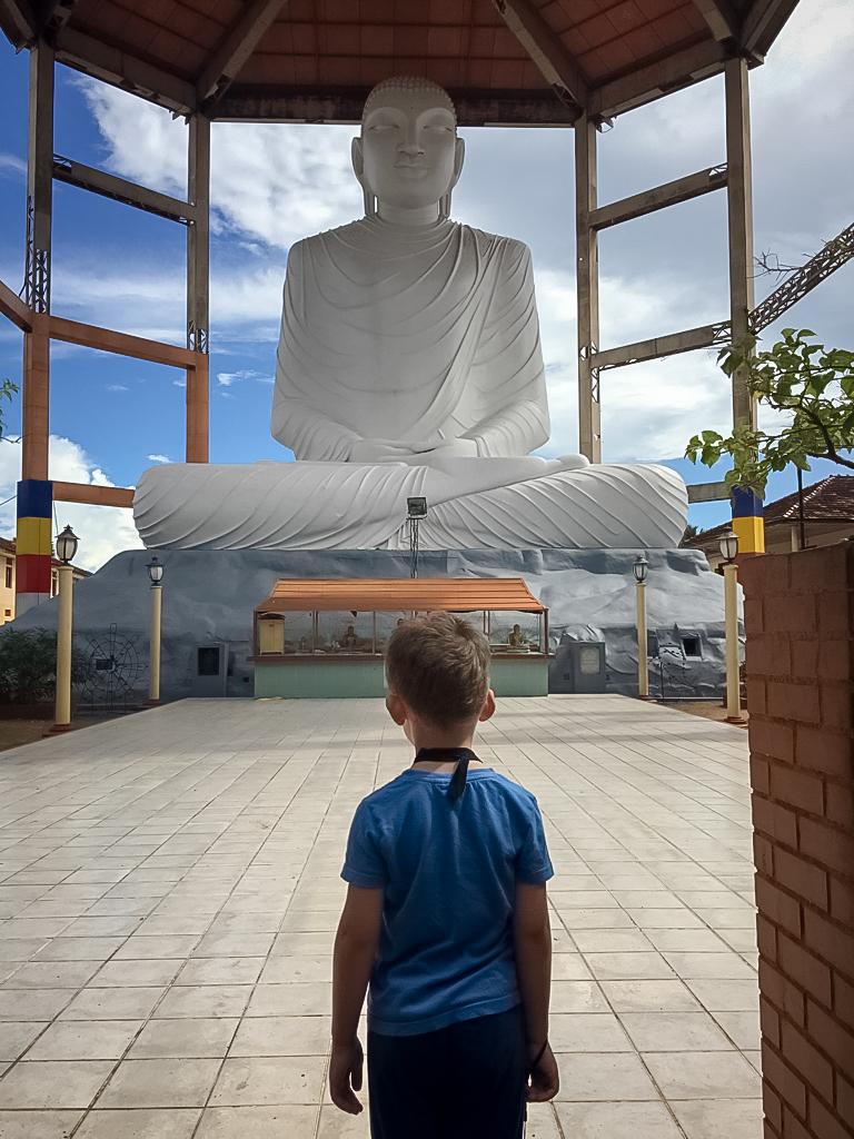 Axel devant un immense bouddha à Anuradhapura