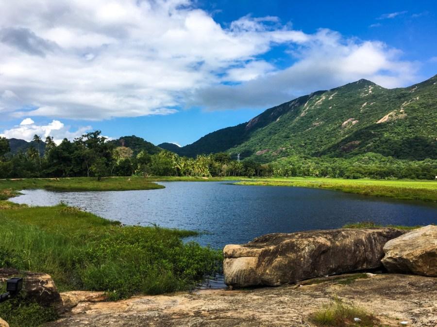 Un paysage de montagne et de lac au Sri Lanka