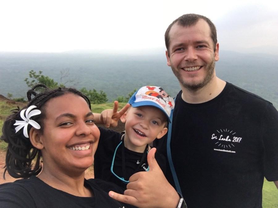 En famille au sommet du rocher du lion à Sigiriya au Sri Lanka
