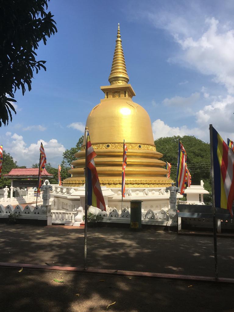 Dagoba d'or devant le Golden Temple à Dambulla au Sri Lanka