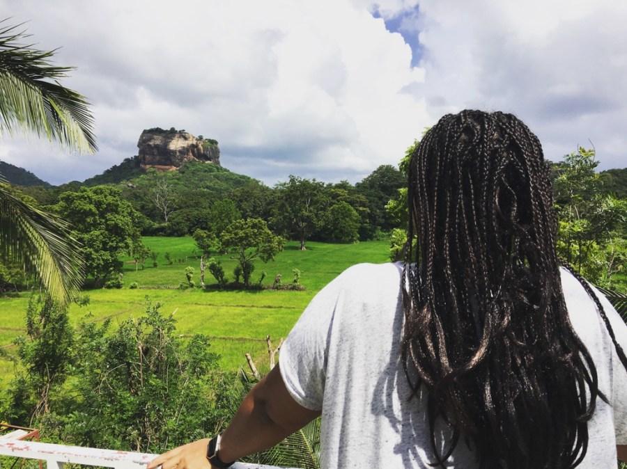 Inès observant le rocher du lion de Sigiriya au sri Lanka