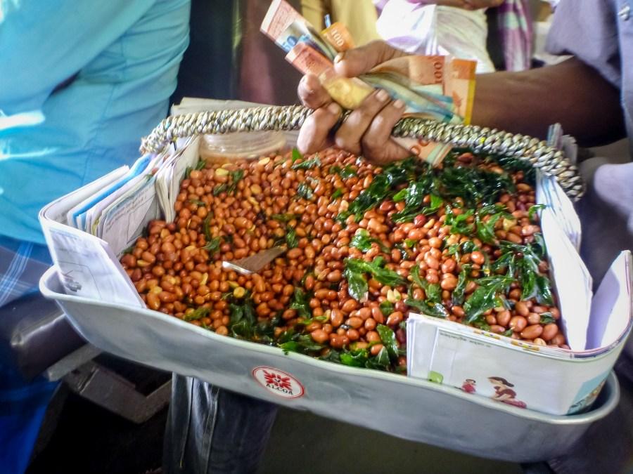 Des cacahuètes épicées du Sri Lanka dans le train