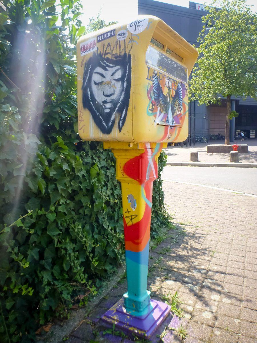 Street art à Strasbourg sur une boîte aux lettres