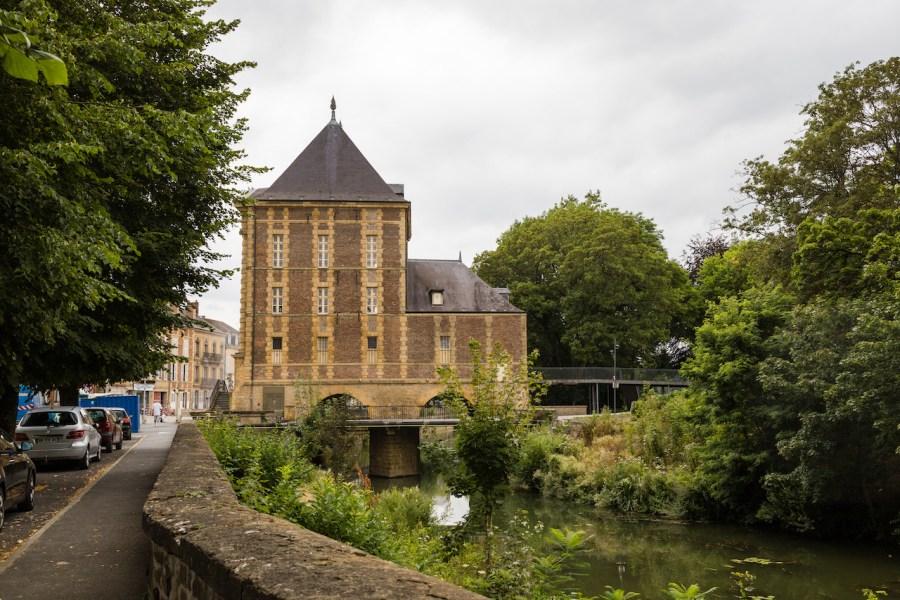 Musée Arthur Rimbaud le long de la Meuse