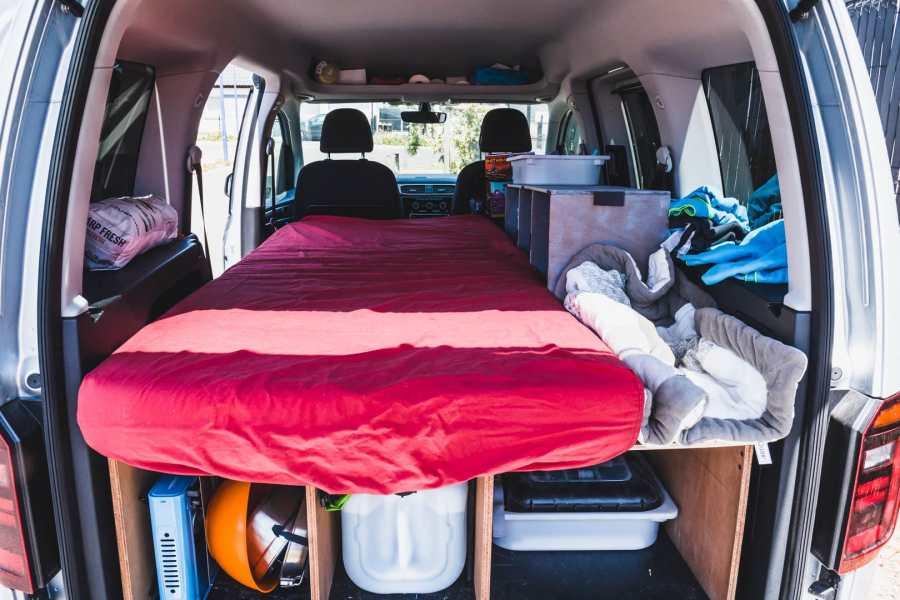 Le couchage d'une voiture aménagée pour le camping