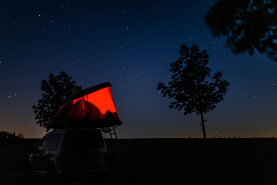 La tente de toit dans les étoiles