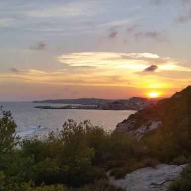 Vista al atardecer sobre el mar de la carretera de las Costas del Garraf, dirección Sitges.