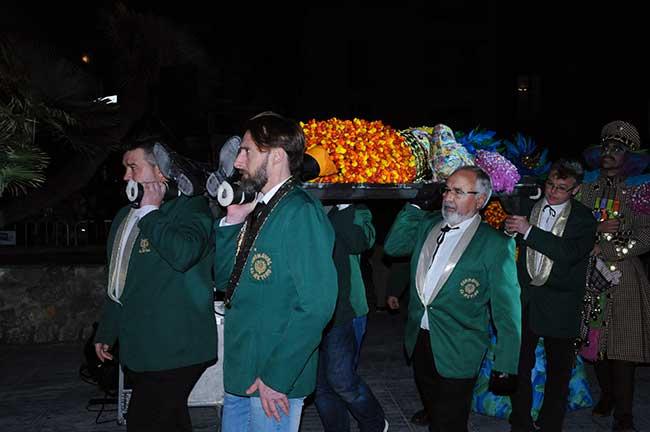 Llevando el féretro en el entierro burlesco del rey Carnestoltes.