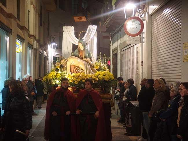 Paso con virgen dolorosa de la procesión del silencio, en Semana Santa.