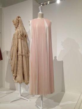 Chloé par Clare Waight Keller, Robe, Printemps-été 2012, crêpe de soie plissée partiellement imprimé. Palais Galliera, don de la maison Chloé dans le cadre de la Vogue Paris Foundation, 2014.
