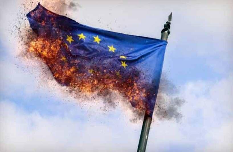 Les italiens brûlent le drapeau européen - Les Observateurs