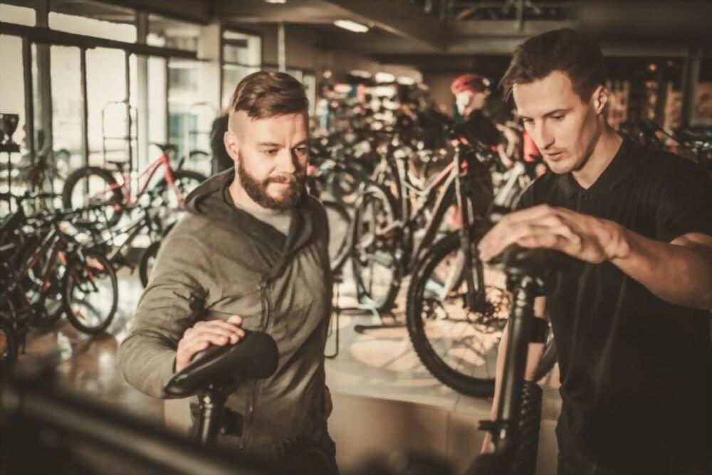 photo vendeur montrant vélo occasion