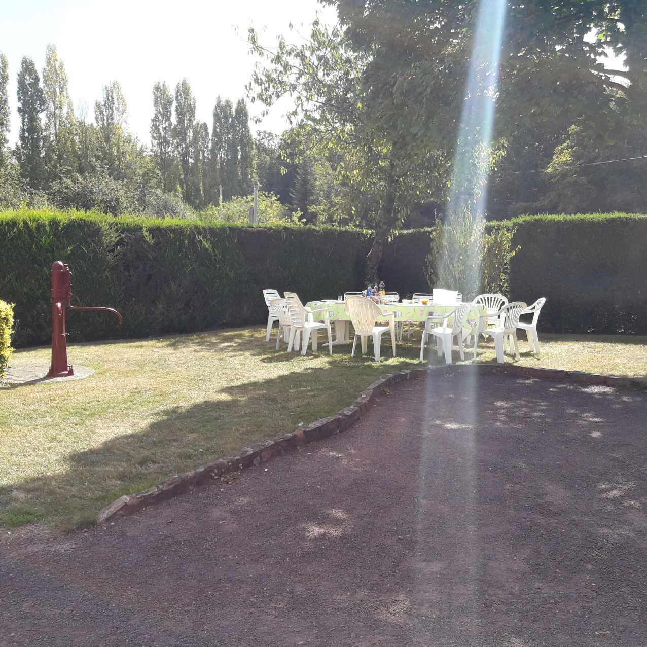 Le salon de jardin pour déjeuner dehors