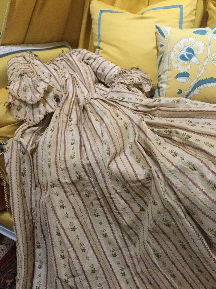 robe de bal abandonnée sur un canapé