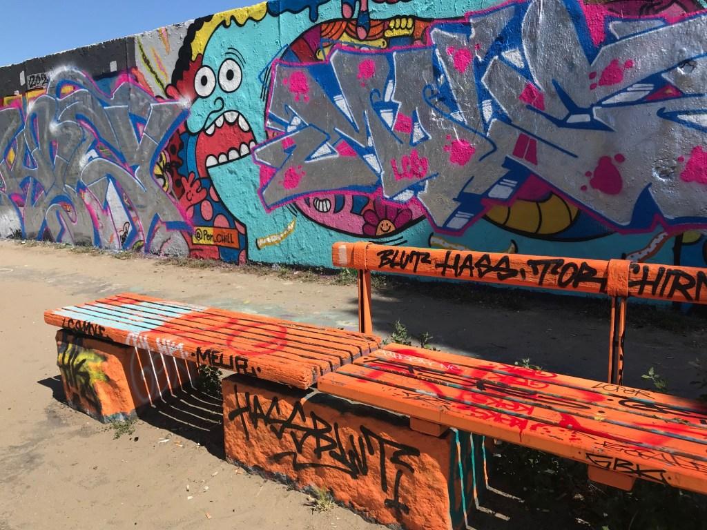 Berlin Mauerpark Street Art Banc