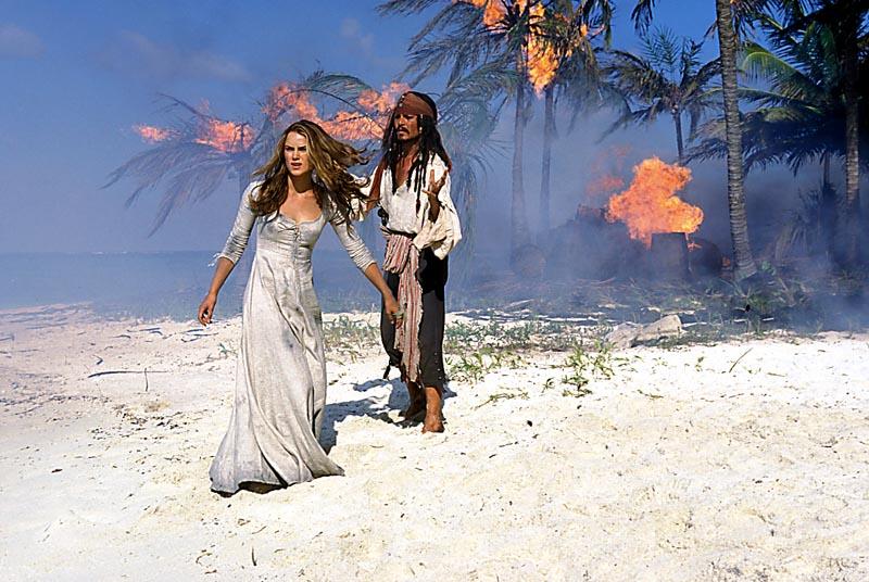 Jack Sparow et Elisabeth sur la plage des cocotiers