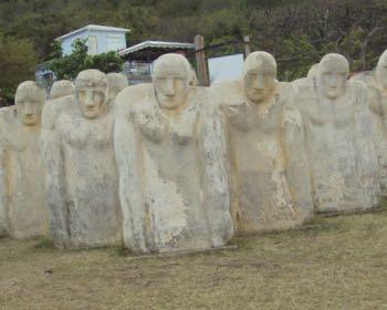 15 statues en béton blanc représentant des esclaves