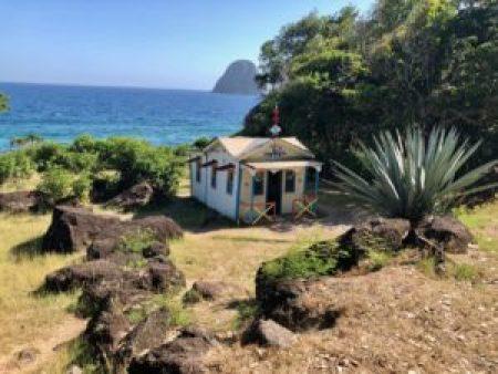 La maison du bagnard avec en arrière plan le Rocher du Diamant