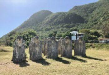 15 statues tournées vers le Golfe de Guinée