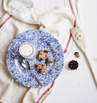 Assiette vintage bleue - Photo de July Meunier