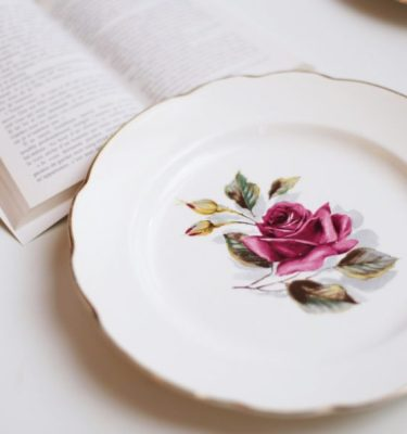 Assiette vintage rose - Photo de July Meunier