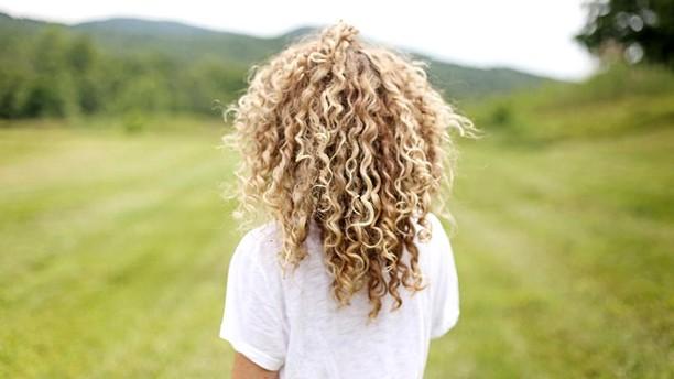 pourquoi-frisottis-cheveux