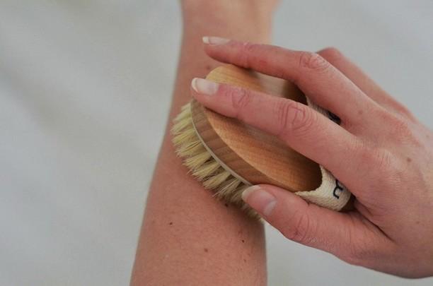 Brossage à sec : méthode et bienfaits pour la peau