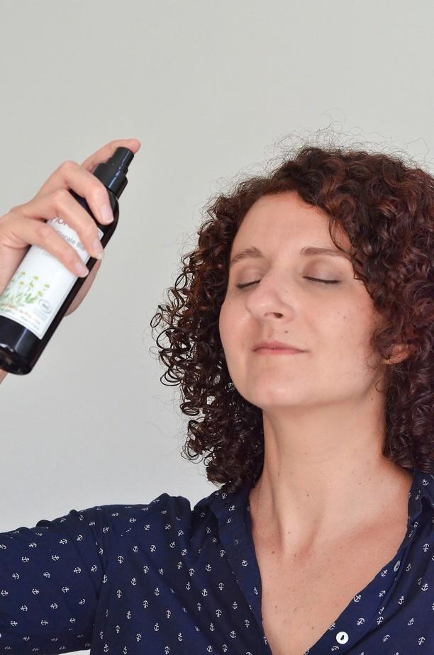 femme vaporisant eau florale naturelle bio sur son visage