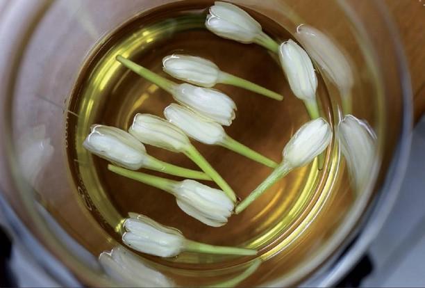 boutons de fleurs de tiaré dans huile de coco