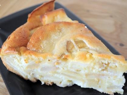 Le gâteau moelleux - fondant aux pommes, glacé à l'amande