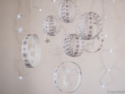 Boules en papier et mobile pour décorer.