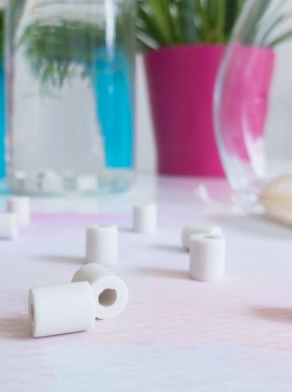 En finir avec l'eau en bouteille ? Enfin, une solution simple et efficace : les perles de céramique.