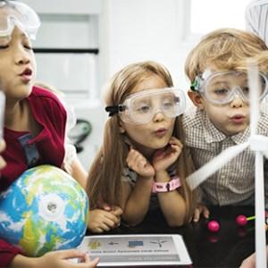 Des enfants mènent une expérience scientifique