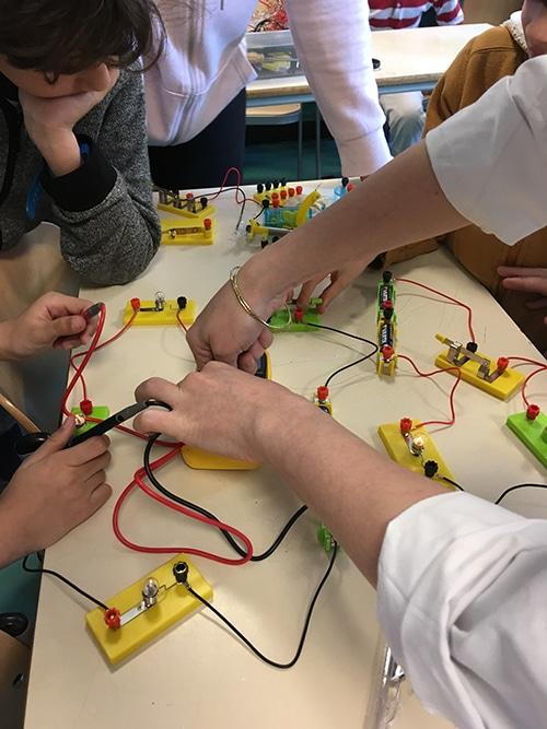 les enfants apprennent les bases du circuit électrique