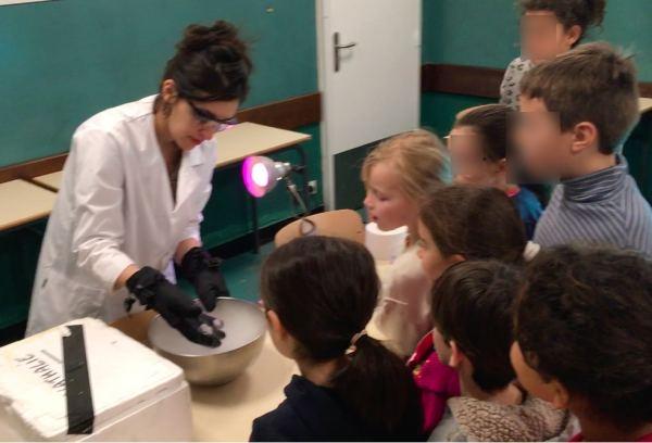 Les enfants assistent à une démonstration de sublimation avec de la glace carbonique