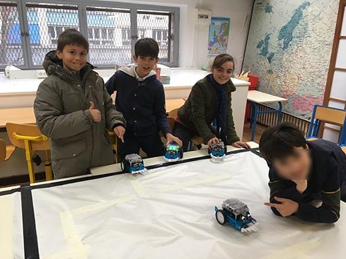 les enfants sous prêts pour un combat de robot