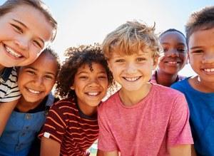 des enfants qui jouent en extérieur sourient
