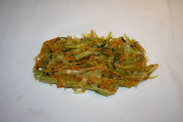 Dos de cabillaud en papillote sur son lit d'effiloché de légumes