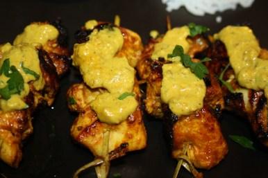 Poulet saté (satay) sauce cacahuètes en brochettes