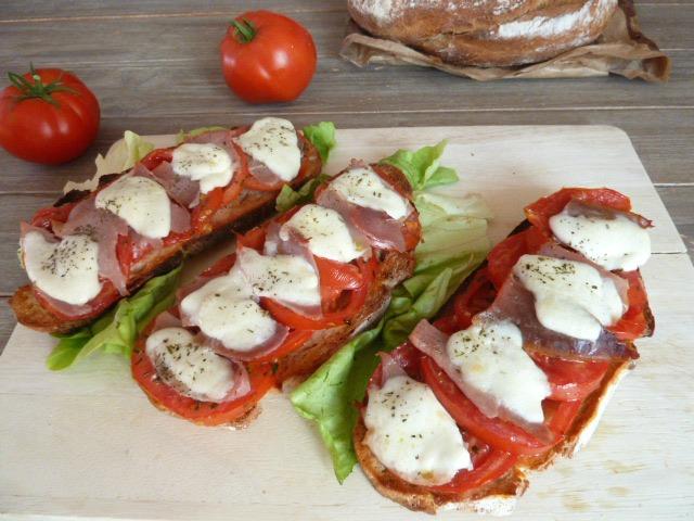 tartines à la tomate et mozzarella