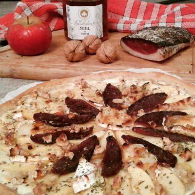 Pizza sucrée salée au magret séché, pommes, chèvre, miel
