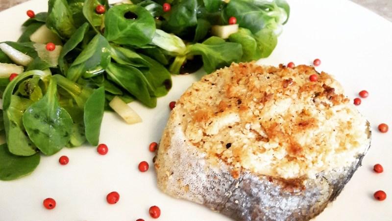 Crumble de merlu à l'amande, salade mâche et poire